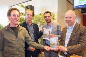 Van links naar rechts: Hans de Kruijf (stadsecoloog), Geert Willink (auteur), Alexander van Steenderen (wethouder) en André Hertog (directeur Irado)