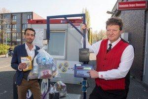 Wethouder Van Steenderen en vestigingsmanager van de Dirk gaven het officiële startsein voor 'Reken af met afval'